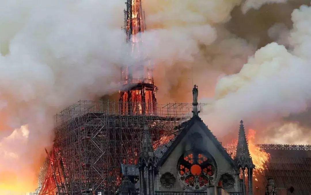 """片场拍片遇到像巴黎圣母院这样的突发大火,一定买好""""影棚及片场责任险""""为剧组保驾护航。"""